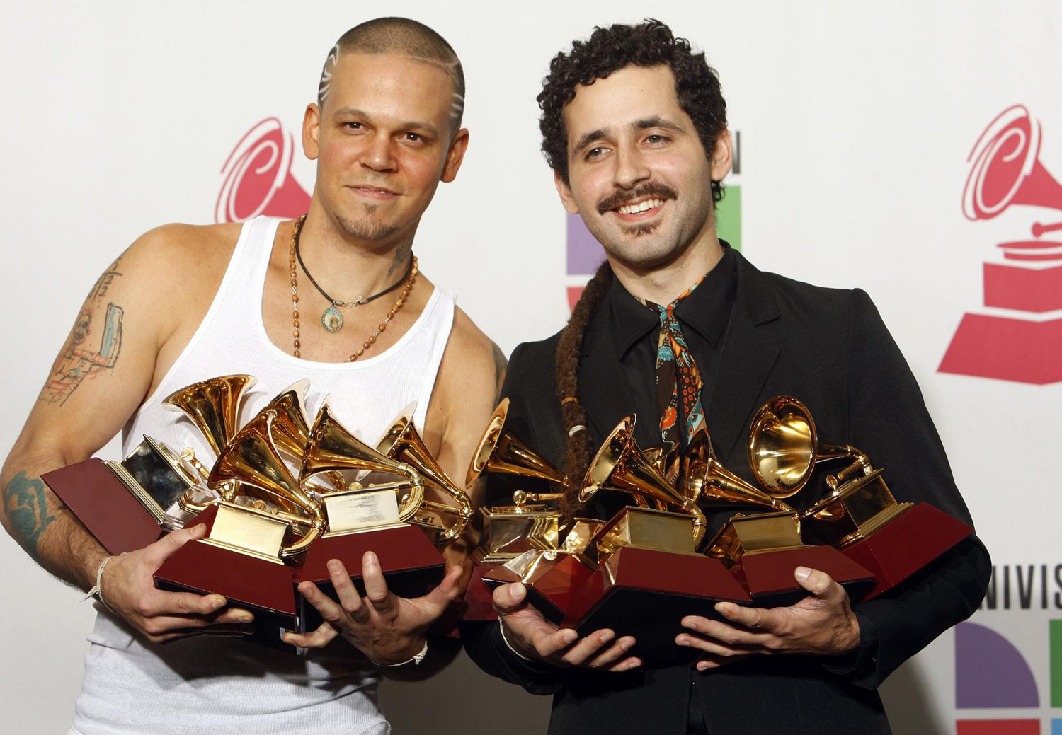 Rene Perez (L) and Eduardo Jose Cabra Martinez of the group Calle 13 pose with their awards at the 10th annual Latin Grammy awards in Las Vegas, Nevada November 5, 2009. REUTERS/Steve Marcus (UNITED STATES ENTERTAINMENT) MUSIC-GRAMMYS