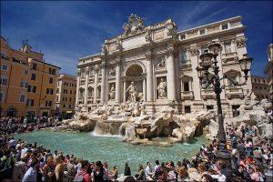 Buscan evitar que los turistas se detengan en la Fontana de Trevi