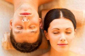 Los masajes románticos alivian las tensiones físicas en pareja