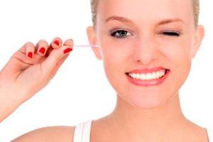 ¿Por qué no es recomendable limpiar los oídos con hisopos?