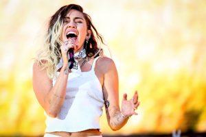 Miley Cyrus presenta su nuevo sencillo y video para «Younger Now»