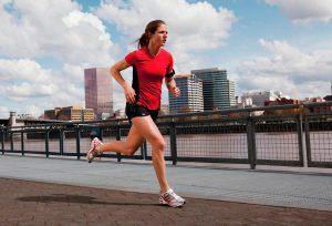 Correr de espaldas, una variante con múltiples beneficios
