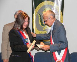 Alcaldesa de Maracaibo impuso Orden San Sebastián al poeta Camilo Balza Donatti