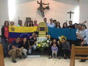 Venezolanos reciben primera réplica de la «Chinita» en Chile
