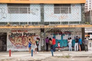 Varios colegios electorales siguen abiertos en Venezuela tras concluir horario oficial