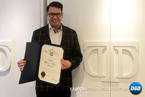 Douglas Tapia recibe el premio de Diseñador del Año en Los Ángeles