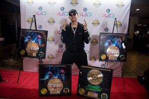 J Álvarez recibe disco de oro por su tema «De la mía personal»