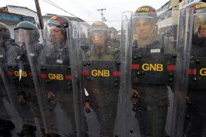 Venezuela cierra frontera con Colombia donde Guaidó espera la ayuda humanitaria
