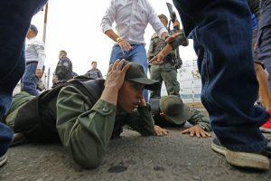 Cuatro militares venezolanos desertan tras cruzar bloqueada frontera con Colombia