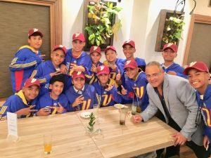 Doctor Gerardo Moreno donó uniforme al equipo de béisbol de las pequeñas ligas de Venezuela