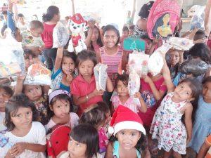 Voluntarias venezolanas entregan regalos en Lossada