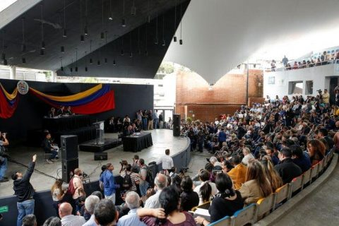 Tras nuevos ataques, diputados opositores de Venezuela sesionan fuera del Congreso