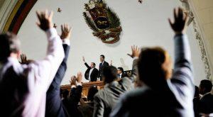 Guaidó retorna a podio presidencial del Congreso entonando himno nacional