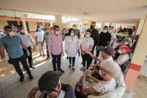 Alcalde Willy Casanova entregó tapabocas y alimentos a los abuelos del INASS