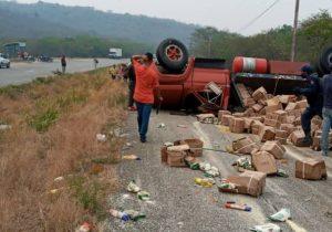Se volcó gandola con cajas Clap en la autopista Charallave-Ocumare