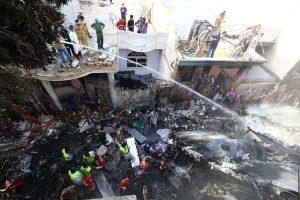 Accidente de avión de Pakistán deja 97 muertos y solo dos supervivientes