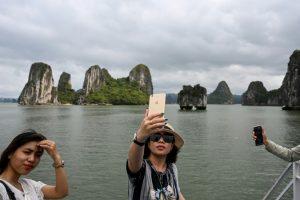 Los turistas regresan a la bahía de Ha Long en Vietnam