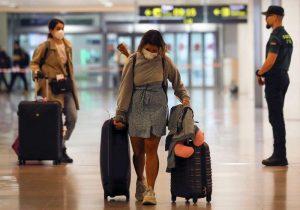 España pone en cuarentena a viajeros que llegan al país mientras las muertes disminuyen