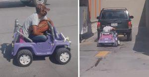 Hombre llega a comprar una pizza en un carrito de juguete