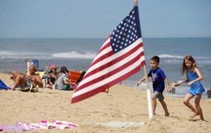 Distancia social por COVID-19 altera primer fin de semana largo a puertas del verano en EEUU