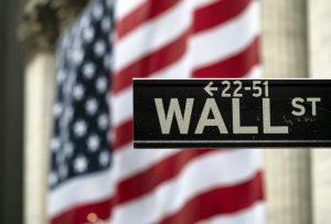 Wall Street en baja tras alta cifra de solicitudes de subsidio por desempleo