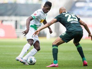 (#Bundesliga) Mönchengladbach vence a Wolfsburgo y aprieta por la Champions