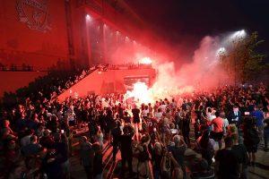 Los aficionados del Liverpool celebran su titulo en la calle