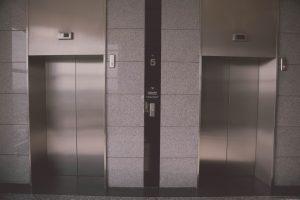Muere niño de ocho años al caer en la fosa de un ascensor en Caracas