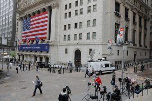 Wall Street frena su ascenso semanal y el Dow baja un 0,94 %
