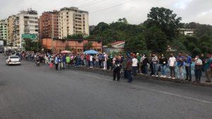 Caracas presentó largas colas en las paradas por el cierre del Metro y suspensión del transporte público