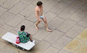 Hombre desfila por Oxford Street vestido con… una mascarilla
