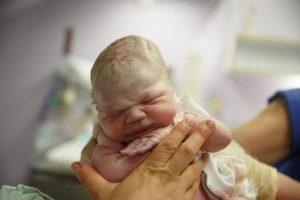 Confirman primer caso de transmisión de COVID-19 de madre a feto