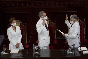 Abinader asume la Presidencia dominicana en plena crisis causada por la COVID