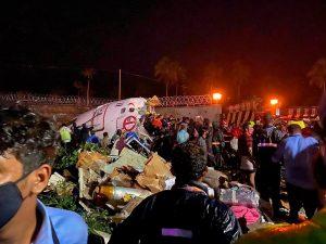 Avión se parte en dos al aterrizar en India y reportan al menos 10 muertos