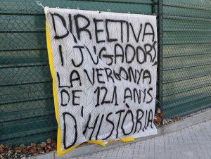 Pancartas y gritos contra la directiva y los jugadores del Barcelona