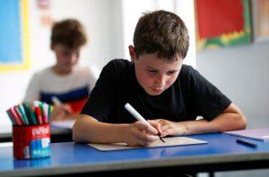 Las escuelas reabren en Inglaterra y Gales en medio de presión sobre Boris Johnson