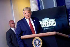 Donald Trump es escoltado fuera de una rueda de prensa tras disparos en el exterior de la Casa Blanca