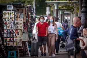París impone uso de mascarilla para visitar mercados abiertos y pasear junto al Sena
