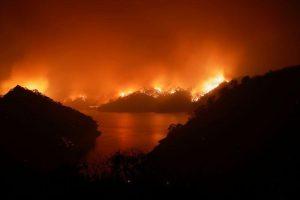 La rapidez del fuego en California amenaza a decenas de miles de personas