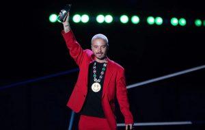 J Balvin revela en los Premios Juventud que se está recuperando de COVID-19