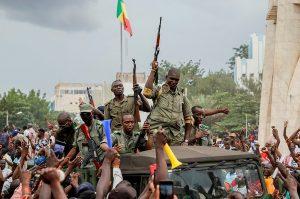 Unánime condena mundial al golpe de estado en Mali pero la calle lo celebra