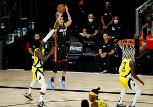 Duncan Robinson anota siete triples y Heat toman ventaja de 2-0