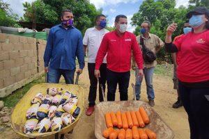Candidato del gobierno nacional a las parlamentarias  en Anzoátegui gestiona votos regalando pollos y mortadela a la comunidad