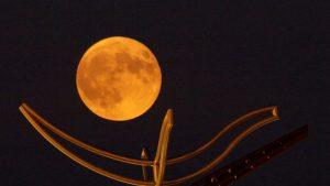Luna llena de maíz ilumina el cielo de nuestro planeta