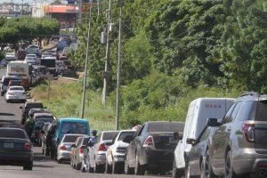 Un verdadero reto viven los venezolanos para conseguir gasolina