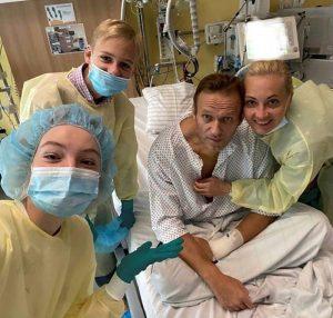 Opositor ruso Navalny publica foto desde el hospital, planea regresar a Rusia