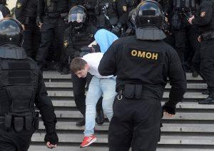 Decenas de miles de manifestantes avanzan hacia el centro de Minsk