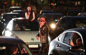Rock en vivo desde el auto: argentinos asisten a primer recital en cuarentena