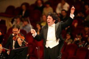 Gustavo Dudamel nos invita a emprender un viaje virtual a la música clásica en «Symphony»