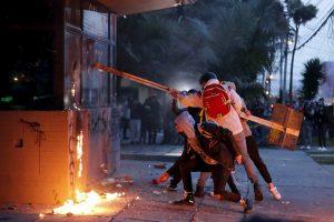 Colombia vive segunda noche de protestas violentas contra brutalidad policial (video)
